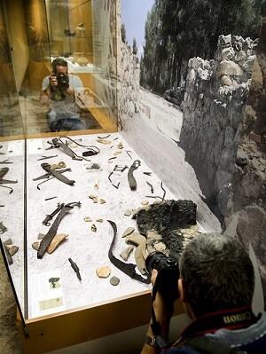 Cinco conjuntos de armas de guerreros íberos. Falcatas, escudos y lanzas (Foto-Abulaila).