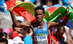 Con solo 19 años un eritreo se proclama campeón del mundo de maratón.