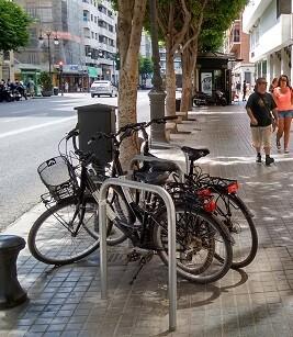 Durante el verano también se han incrementado las plazas de aparcabicis en el Paseo Marítimo, la calle de San Vicente entre la Plaza de la Reina y la del Ayuntamiento.