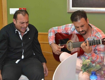 Edu Peralta cantando.