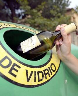 El 62 por ciento acude al contenedor cuando ha logrado acumular varios envases.