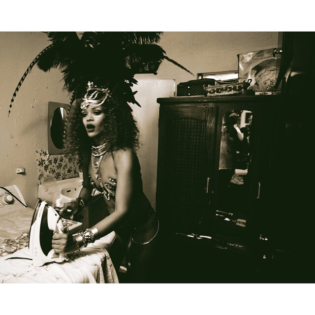 El carnaval de Rihanna con su cuerpo semidesnudo (5)