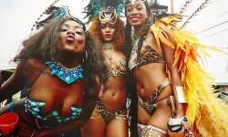 El carnaval de Rihanna con su cuerpo semidesnudo (6)