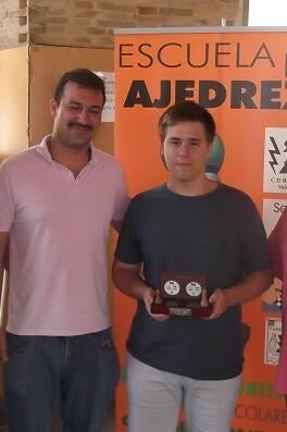 El joven Nieves Cabanes Javier (dcha), con su trofeo como ganador.