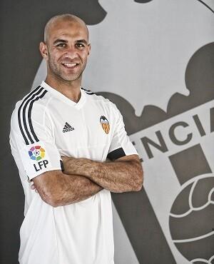 El jugador ha firmado un contrato de cinco temporadas con el Valencia CF, hasta el 30 de junio de 2020.