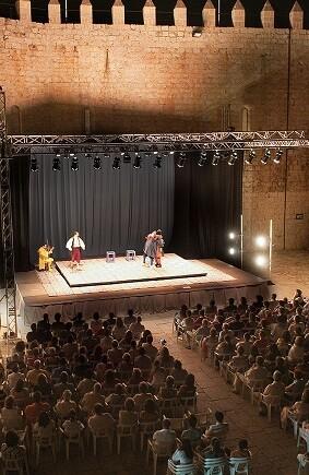 El lleno absoluto de las actuaciones culturales en el Castillo de Peñíscola lo están dinamizando hasta conseguir la afluencia de más de 3.000 personas.