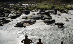El tiempo seco revela río increíble con miles de Shiva Lingas Dry-Weather-Reveals-Amazing-River-With-Thousands-of-Shiva-Lingas (3)