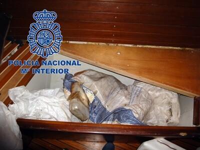 El velero, cuyos dos tripulantes han sido arrestados, pertenece a una organización de narcotransportistas gallegos.