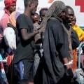 Encuentran los cadáveres de 54 inmigrantes en la bodega de un barco frente a Libia.