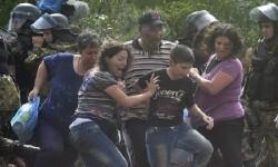 Entran en Macedonia cientos de refugiados que lograron rompen el cordón de seguridad.