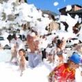 Fiesta de la espuma en un pueblo valenciano.