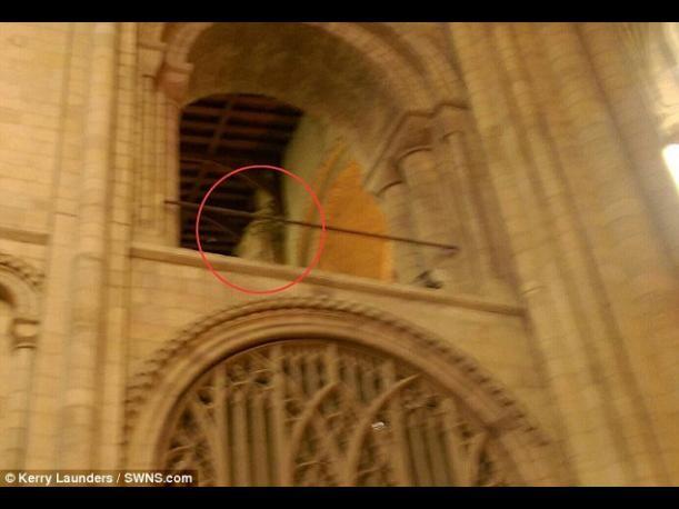 Fotografían un supuesto fantasma de un obispo en catedral de Norwich Inglaterra (3)