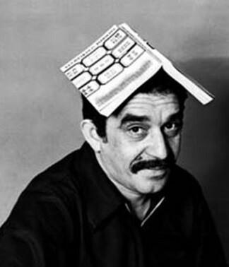 García Márquez con la primera edición de su famosa obra ' class=