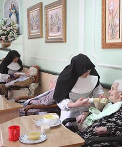 Hermanitas de los Ancianos Desamparados en su labor con gente mayor.