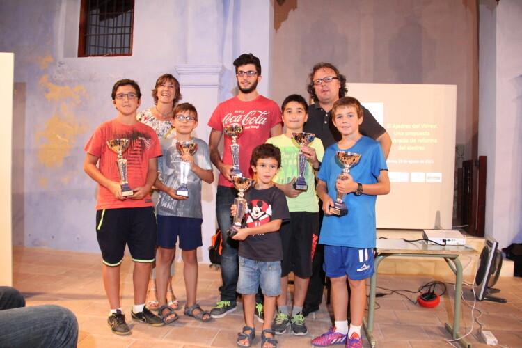Teresa Belenguer, teniente de alcalde del Ayuntamiento de Chelva, José A. Garzón, junto a los ganadores en las diferentes categorías