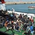 Inmigrantes rescatados frente a las costas de Italia.