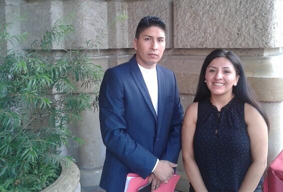 José Ramírez Uriarte Ortíz acompañado por una representante consular.