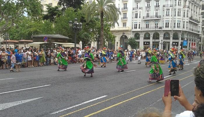 La Plaza del Ayuntamiento recibió con alegría a largo pasacalles que la colectividad boliviana preparó para su fiesta patria. (Foto-J.Entraigües-VLCNoticias)