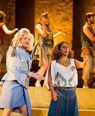 La cantante y actriz Lolita es Praxágora líder de las mujeres atenienses.