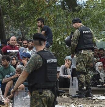 La línea fronteriza está protegida por la policía y unidades del ejército.