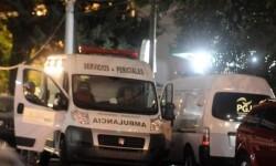 La policía y la asistencia médica acudieron a la vivienda donde se produjo el asesinato alertados por los vecinos.