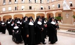 Las Hermanitas de los Ancianos Desamparados celebran la apertura de su centro.