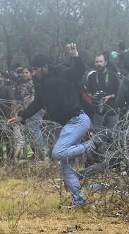 Las autoridades macedonias permitieron el viernes el paso a cientos de inmigrantes.