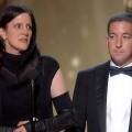 Laura Poitras en el momento de recoger su Oscar.