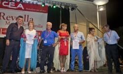 Los 3 Mantones premiados junto al presidente de C.E.A., Salvador Escutia.