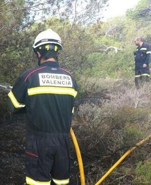 Los Bomberos actuaron de forma rápida sobre el fuego. (Foto-VLCNoticias)