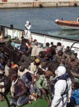 Los inmigrantes viajaban a bordo de cuatro lanzas neumáticas y tres barcazas.