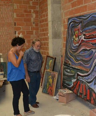 Melchor Zapata y Patricia Mirlos contemplan los últimos detalles de creación para el evento.