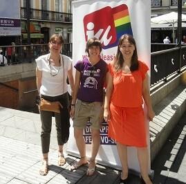 Mireia Biosca (centro)  en una acto vindicativo de LGTBI.