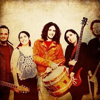 Pé Na Terra es un grupo honra la tradición musical portuguesa combinada con un toque moderno.