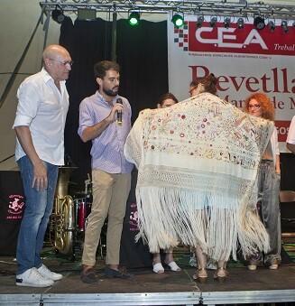 Premio Mantón Antiguo para Lola Salvador.