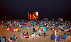Proyección de una película en una playa valenciana.
