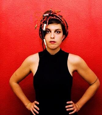 Sole Parody es una cantante y compositora que combina en sus canciones pop oscuro, folclores inventados y electrónica.
