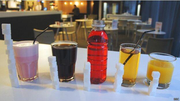 Un jugo de naranja de 150ml contiene 12,9g de azúcar, equivalente a unas 3 cucharillas. (Fuente Public Health England)