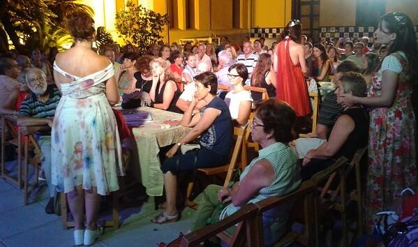 Un momento del espectáculo en donde las cantantes tocan al público asistente. (Foto-J.Entraigües-VLCNoticias)