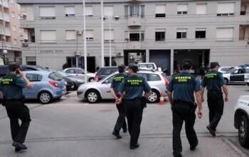 Guardias civiles ante el Cuartel de Torrevieja.