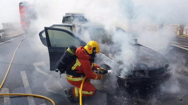 incendio de un vehiculo,en el puente de Riba-Roja (2)