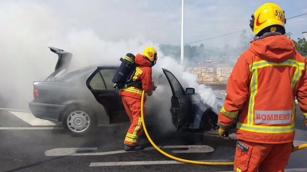 incendio de un vehiculo,en el puente de Riba-Roja (3)