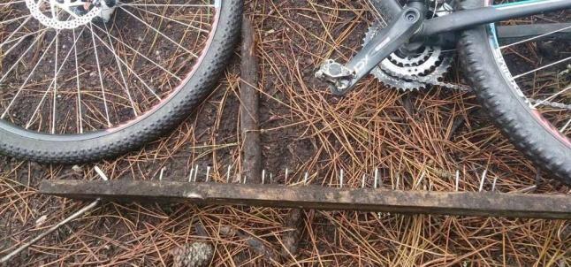 La trampa para ciclistas que ayer provocó la caída de dos jóvenes isleños en Armenteira. // FDV
