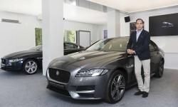 Óscar Oñate- Director General de Marketing JLR y el Jaguar XF
