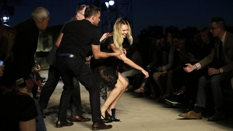 Candice Swanepoel modelo de Victoria s Secret se cayo (8)