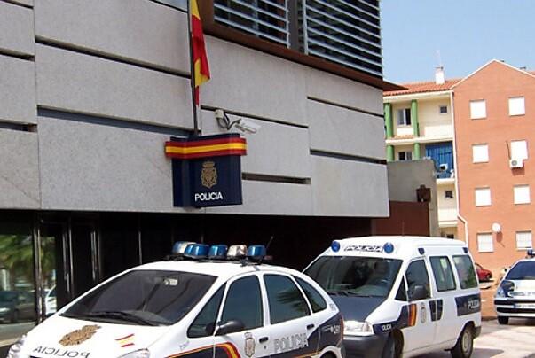 Detienen a dos individuos que estafaron más de 147.000 euros a 29 empresas mediante un timo.