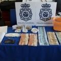 Detienen a dos personas por vender droga en una tienda de chucherías.
