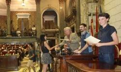 El Ayuntamiento recibe a los jóvenes beneficiados por 'La Dipu te beca'.