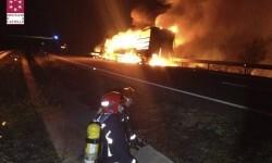 El incendio de un camión deja cortada la CV-10 en Cabanes.