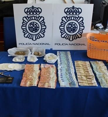 En la operación se han intervenido 159 gramos de heroína, 97 de cocaína, diversos útiles para su manipulación y más de 1.800 euros en efectivo.